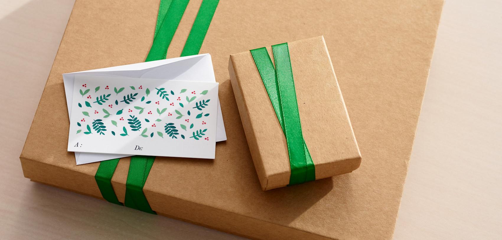 étiquettes cadeaux avec graphisme des fêtes et houx