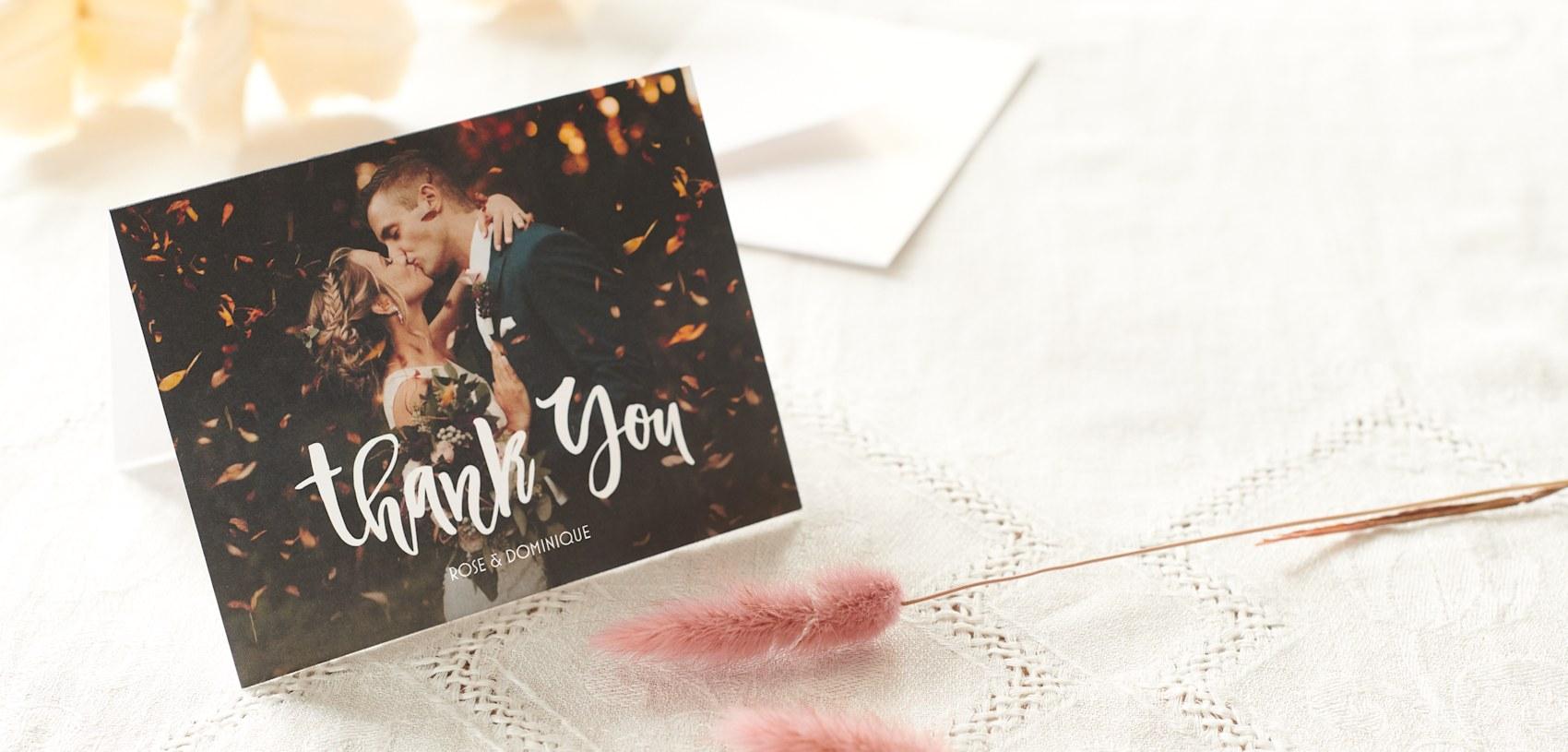 photo carte de remerciement avec la mariée et le marié photo de mariage