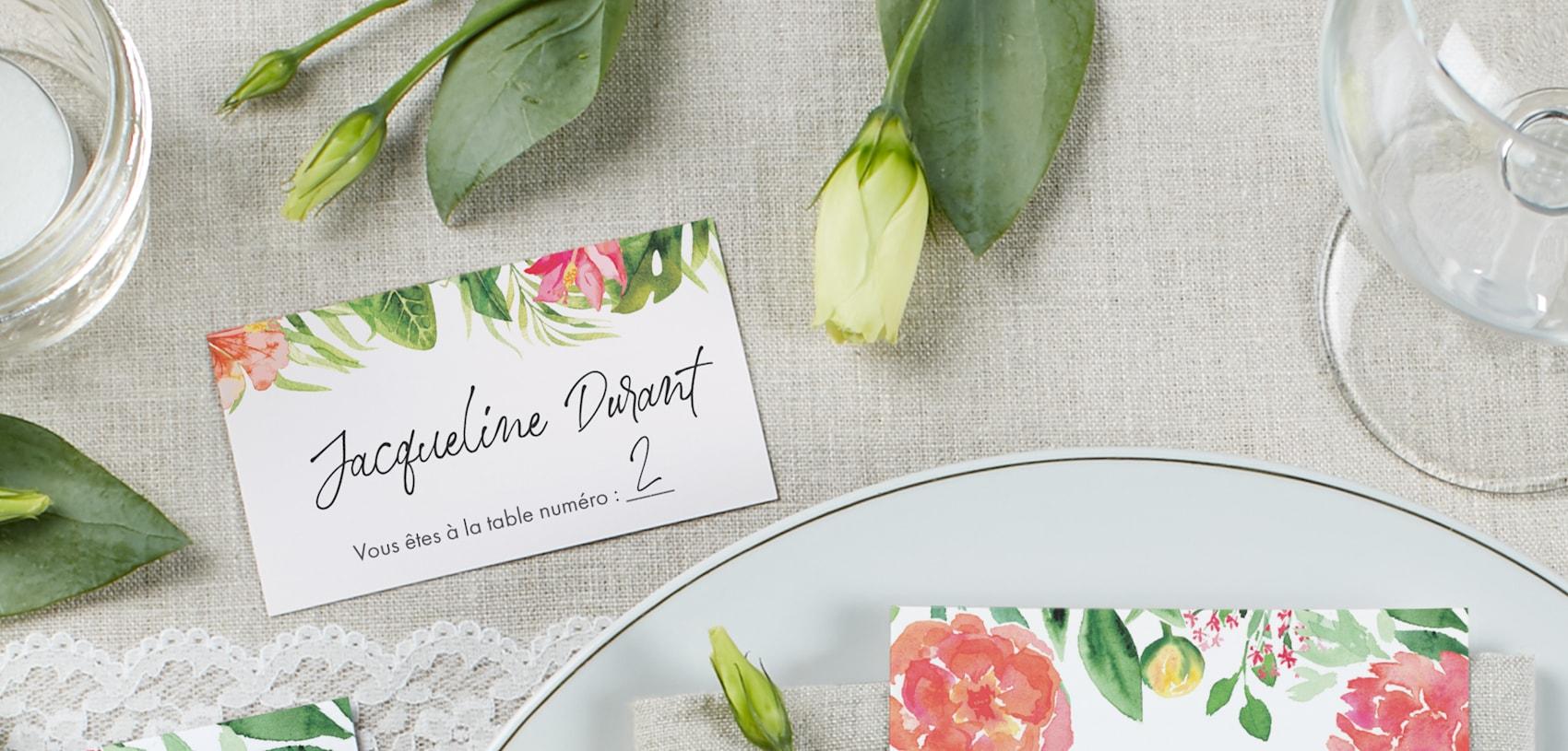 carte de nom de mariage avec motifs de fleurs et de feuilles