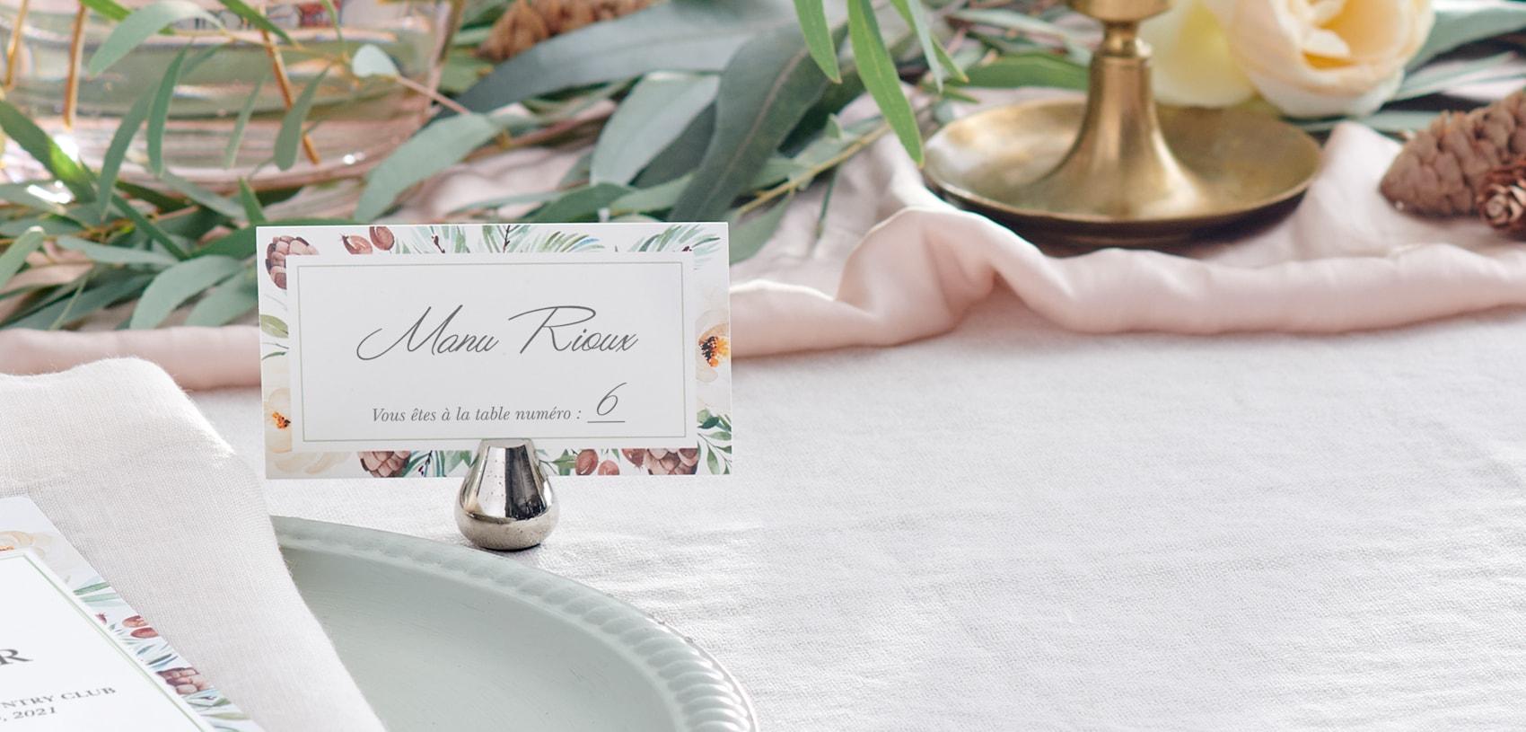 marque-places de mariage avec motifs floraux