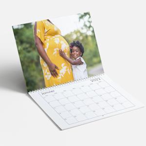 calendrier photo montrant un jeune enfant et sa mère enceinte